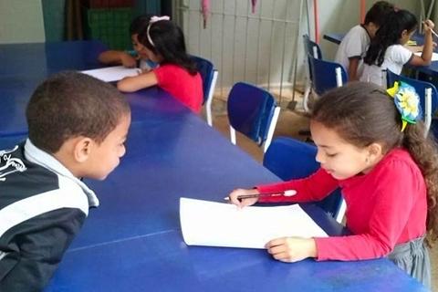 A necessidade da construção de um piso e uma cobertura no espaço externo da escola